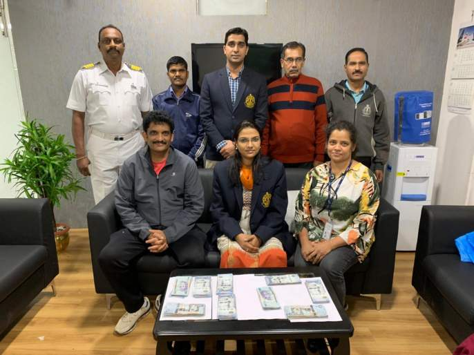 custom officers seized foreign currency worth rs 35 lakh on pune airport | पुणे विमानतळावर पकडले 35 लाखांचे परदेशी चलन ; कस्टम विभागाची कारवाई