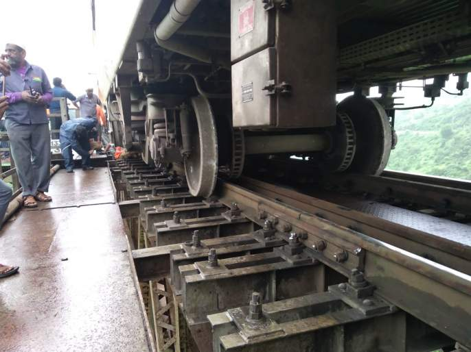 Trolly of CSMT-Gorakhpur Antyodaya Express derails between Kasara and Igatpuri ghat section | Mumbai Train Status: कसारा घाटातील पुलावर गोरखपूर एक्सप्रेसचा डबा घसरला; मोठी दुर्घटना टळली
