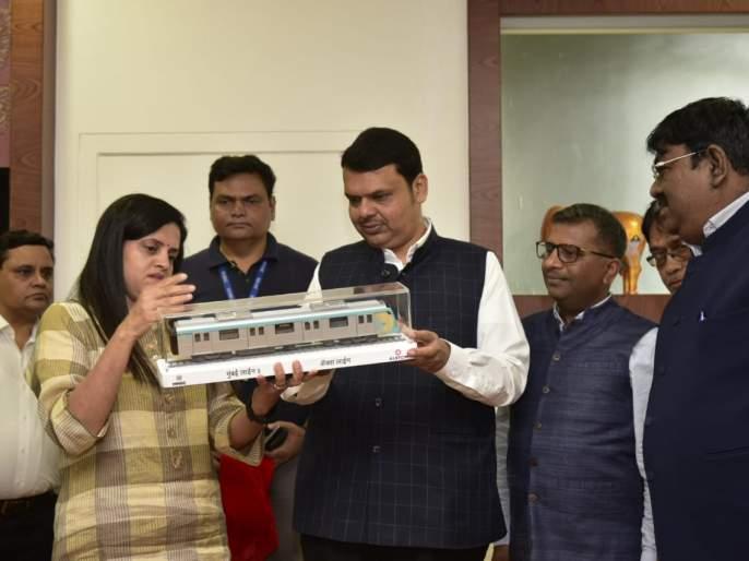 Chief Minister Devendra Fadanvis unveils a replica of the Metro-3 coaches | मेट्रो-३ मार्गिकेच्या मेट्रो डब्ब्यांच्याप्रतिकृतीचे मुख्यमंत्रांच्या हस्ते अनावरण