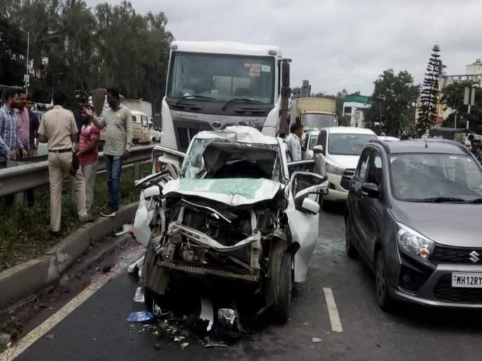Accident at Warje flyower | वारजे उड्डाणपुलावर भीषण अपघात ; कारचा झाला चेंदामेंदा