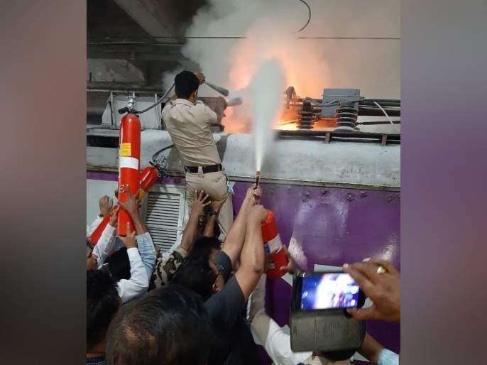 Train local traffic disrupted during a rush hour due to a bag | एका बॅगेमुळे ऐन गर्दीच्यावेळी लोकलची वाहतूक विस्कळीत