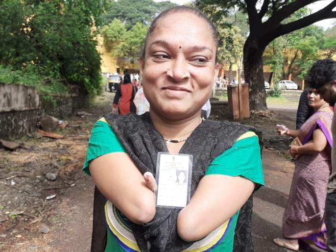 Maharashtra Election 2019: Right to vote, despite having no both hands in Parvati assembly constituency | महाराष्ट्र निवडणूक २०१९: दोन्ही हात नसतानाही 'त्यांनी' बजावला मतदानाचा हक्क; तुम्हीही करा मतदान