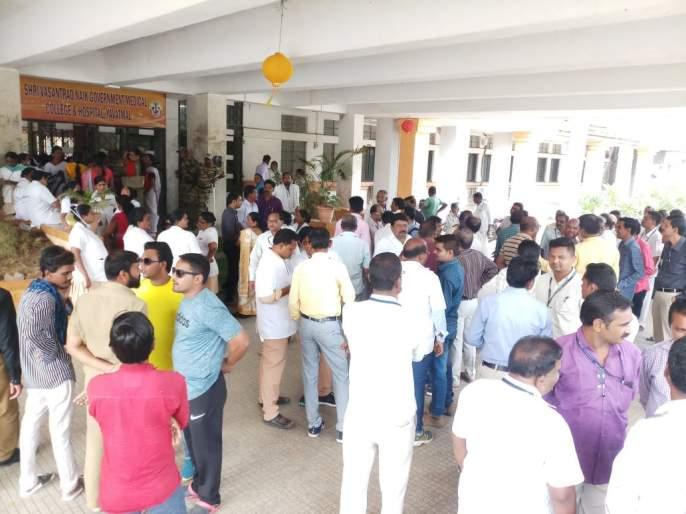 Medical staff in Yavatmal protesting Shiv Sena beating | शिवसेनेच्या मारहाणीच्या निषेधार्थ यवतमाळात 'मेडिकल'चे कर्मचारी रस्त्यावर