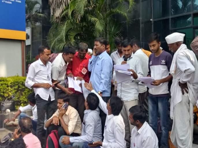 farmers protest at insurance company office   पीकविम्यासाठी शेतकऱ्यांचा मुक्काम सत्याग्रह