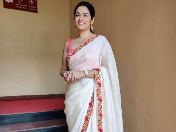 Girija oak share her white colour saree photo on social media | सिंपल पण सुंदर दिसते गिरीजा ओक, साडीतल्या फोटोतून घातली चाहत्यांना मोहिनी