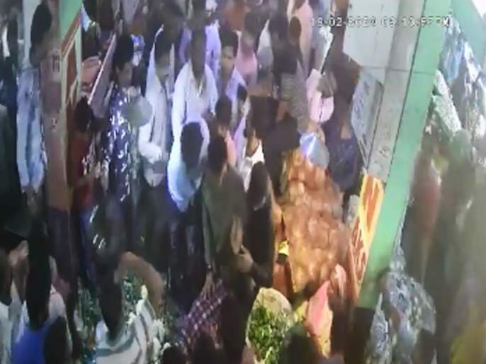 Two young boy assaulted by remove their clothes; doubt of mobile robbery   ... म्हणून दोन युवकांची विवस्त्र करून केली बेदम मारहाण