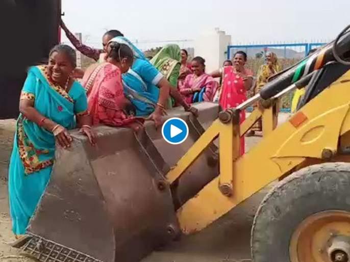 Jcb helping women alight from truck watch viral video   एक नंबर जुगाड! जेसीबीचा असा वापर पाहून कंपनीचा मालक डोकं फोडून घेईल...