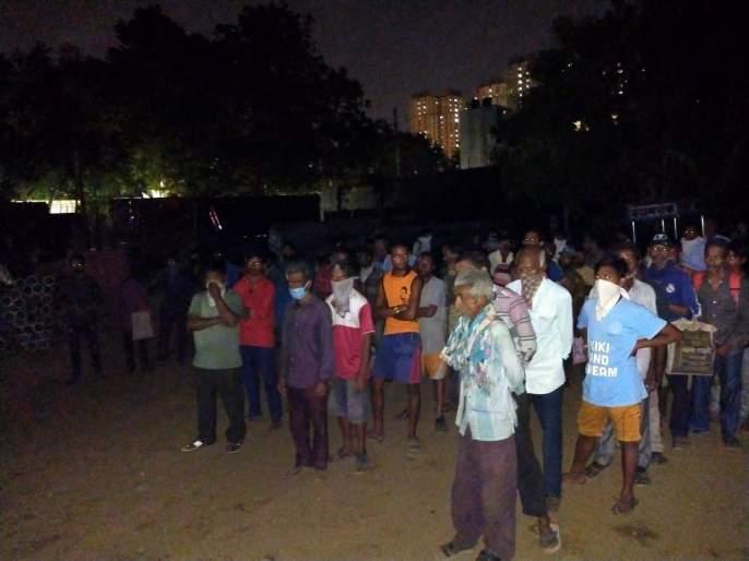 Coronavirus: Mumbai Navratr Mandal helps to Poor people in lockdown situation | Coronavirus: परराज्यातील मजुरांवर उपासमारीची वेळ; मुंबईतील मंडळाच्या कार्यकर्त्यांनी सुरु केलं अन्नछत्र