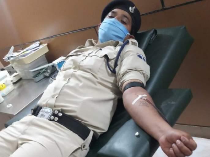 Khakitale Hero! The hungry woman fell unconscious on the street, her life saved by the police to donate blood pda | खाकीतला हिरो! भुकेलेलीमहिला रस्त्यात बेशुद्ध पडली, पोलिसाने रक्तदान करून वाचवले तिचे प्राण