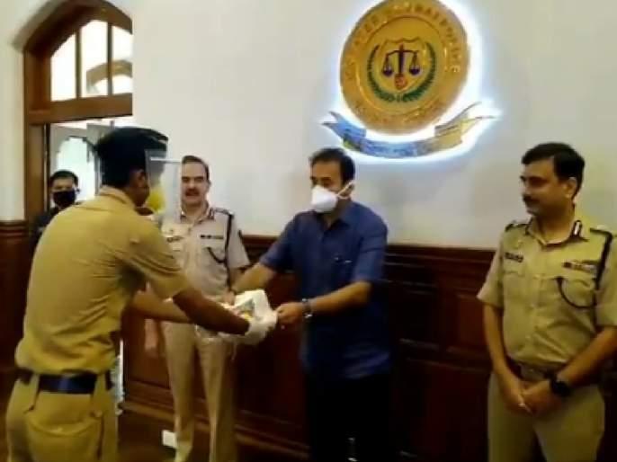 Video: Mumbai police receive protection cover, Home Minister distributes 5,000 personal protection kits pda | Video : मुंबई पोलिसांना मिळाले सुरक्षा कवच,गृहमंत्र्यांनी केले५ हजार सुरक्षा किटचे वाटप