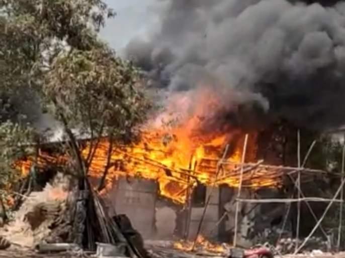 Fire breaks out at the godown of decorators in ghansoli SSS   घणसोलीत डेकोरेटर्सच्यागोडाऊनला भीषण आग