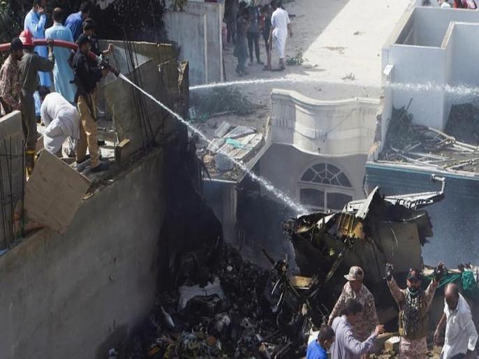 pakistan plane crash cctv video how plane crashing karach building SSS | Pakistan Plane Crash : विमान अपघातात 97 ठार, दोघे वाचले; 'ते' भीषण दृश्य CCTV ने टिपले!