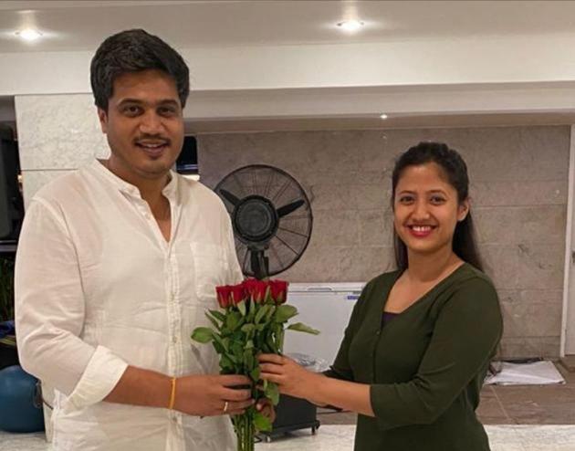 CoronaVirus Marathi News ncp rohit pawar appreciate corona warriors doctor SSS | CoronaVirus News : कुटुंबातील 'या' कोरोना योद्ध्याचा रोहित पवारांनी केला खास सन्मान