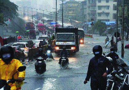 Heavy rains slow down Mumbai's speed, heavy in Thane too   मुसळधार पावसामुळे मंदावला मुंबापुरीचा वेग, ठाण्यातही जोरदार