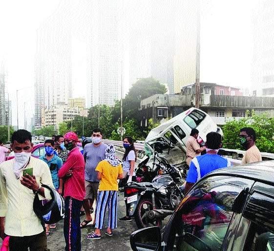 One killed, two injured in BEST bus crash | बेस्ट बसच्या धडकेत एकाचा मृत्यू , दोन जण जखमी, कारचे नुकसान