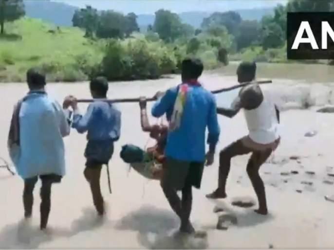 Video pregnant woman was carried makeshift basket through river Surguja | Video - ...म्हणून गर्भवतीला टोपलीत बसवून नदी पार करत पोहचवलं रुग्णालयात