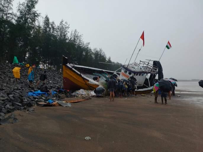 Fishing boats collided with a rocky embankment; Loss of millions | मासेमारी नौका दगडी बंधाऱ्यावर आदळली; लाखोंचे नुकसान