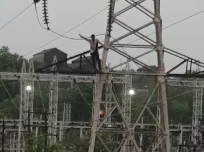 raipur minor climbed high tension pole due to alcohol afte not giving bike | बापरे! बाईक दिली नाही म्हणून 'तो' 100 फूट उंच विजेच्या खांबावर चढला अन्..