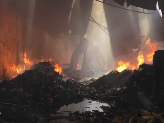 Bhiwandi warehouse fire; Burn five warehouses | भिवंडीत गोदामांना भीषण आग; पाच गोदाम जाळून खाक