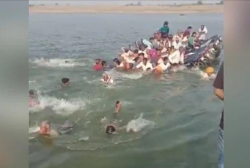 Video boat sank in the chambal river gotha villag of bundi district   Video - ...अन् एका क्षणात होत्याचं नव्हतं झालं! प्रवासी असलेली बोट उलटली; 7 जणांचा मृत्यू, 14 बेपत्ता