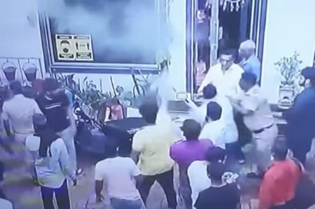 Youngsters vandalize a petrol pump in anger over being asked to wear a mask | मास्क घालायला सांगितल्याच्या रागातून तरुणांकडून पेट्रोलपंपाची तोडफोड