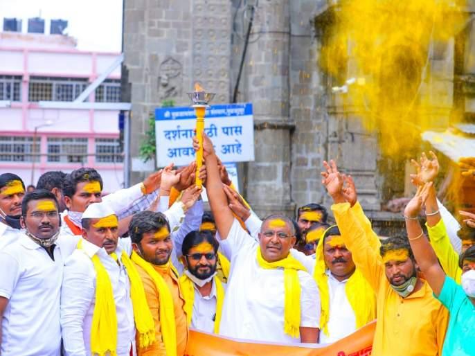Dhangar reservation movement started in Tuljapur | मशाल पेटवून फुंकले आरक्षण आंदोलनाचे रणशिंग