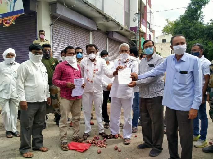 Movement by creating onion rangoli | कांद्याची रांगोळी काढून आंदोलन