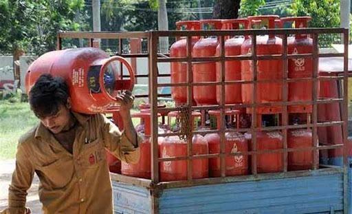 lpg price in india october 2020 gas cylinder price unchanged for october | Gas Cylinder's New Price : लॉकडाऊनमध्ये सर्वसामान्यांसाठी मोठा दिलासा! जाणून घ्या गॅस सिलिंडरचे नवे दर