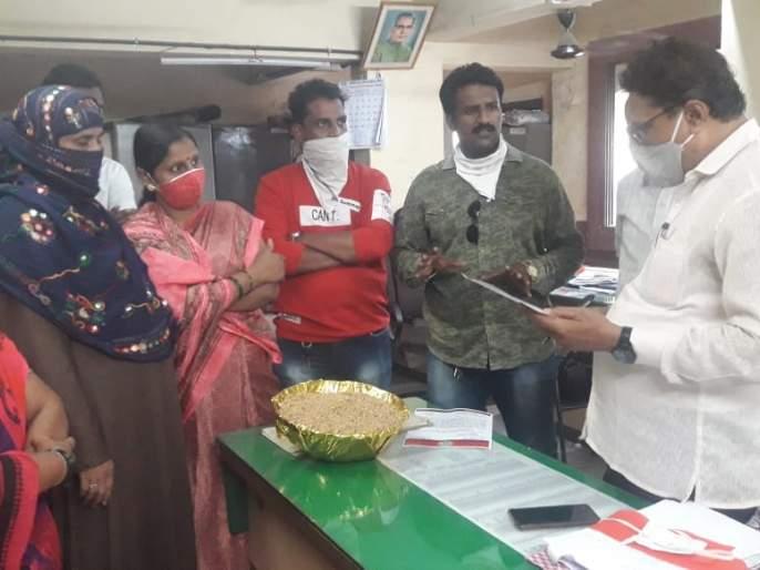 Inferior foodgrains from ration distribution office in Ulhasnagar, MNS aggressive   उल्हासनगरात शिधा वाटप कार्यालय कडून निकृष्ट धान्य वाटप, मनसे आक्रमक