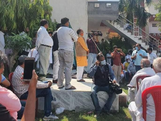 Hathras Gangrape: Now a panchayat organized by a former BJP MLA, allegations against the victim's family | Hathras Gangrape : आता भाजपाच्या माजी आमदाराने आयोजित केली पंचायत, पीडित कुटंबावरच केले आरोप