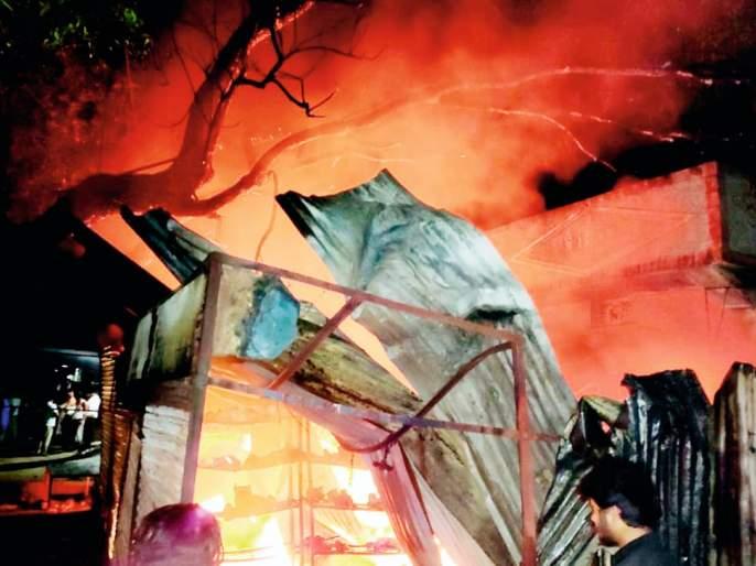 Six shops burnt down due to short circuit | शॉर्टसर्किटमुळे सहा दुकाने जळून खाक