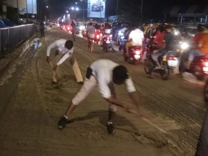 Video : Salute To Traffic Police ... Finally, the traffic police took the shovel in hand! | Video : Salute To Traffic Police...अन् अखेरट्राफिकपोलिसांनीच हाती घेतले फावडे!