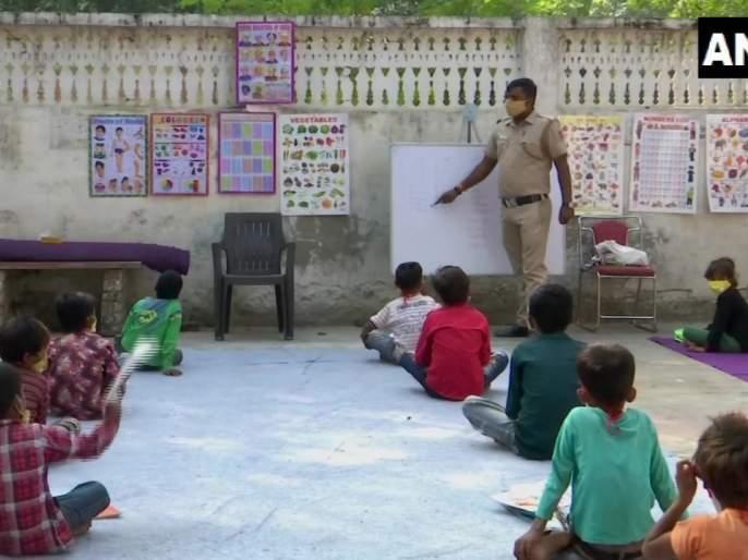delhi police constable than singh teaches poor children who cant afford online classes   'खाकी'तील समाजभान! गरीब विद्यार्थ्यांच्या शिक्षणासाठी पोलिसाचा पुढाकार, नोकरी सांभाळून देतोय शिक्षण