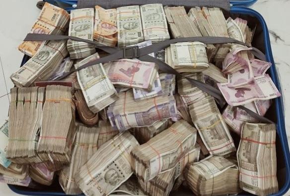 Rs 1.62 crores cash, gold jewellery, 2 laptops & 2 smartphones seized during a raid by STF   स्पेशल टास्क फोर्सची मोठी कारवाई! घरात सापडले घबाड, तब्बल 1 कोटी 62 लाखांची रोकड जप्त