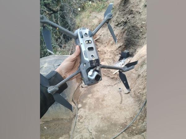 Pakistan quadcopter shot down by Indian Army in J-K's Keran sector | Jammu And Kashmir : भारतीय जवानांनी LOC वर घिरट्या घालणारं पाकिस्तानी 'क्वाडकॉप्टर' पाडलं