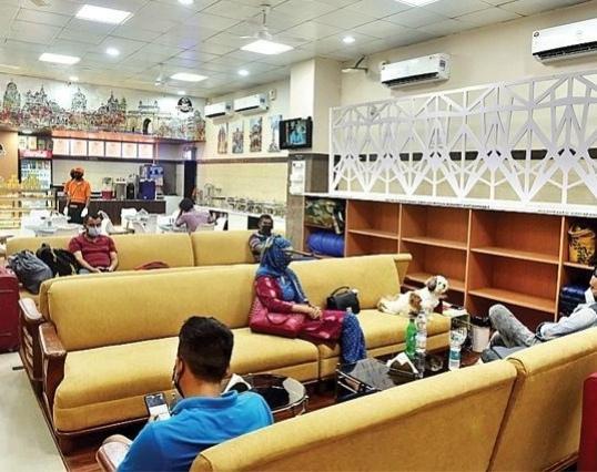 Mumbai airport? Nope, that's new lounge at CSMT | सोफा, डायनिंग टेबल, लायब्ररी अन् बरंच काही; CSMT चा नवा लाऊंज लय भारी