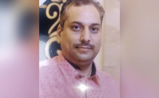 Businessman killed in extramarital affair, body dismembered and stuffed in suitcase, dumped in Gujarat   विवाहबाह्य संबंधातून व्यापाऱ्याची हत्या, मृतदेहाचेतुकडे करून सुटकेसमध्ये भरून टाकले गुजरातमध्ये