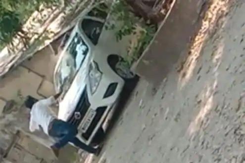 MNS office bearer attacks Ulhasnagar provincial officer's vehicle | मनसेच्या पदाधिकाऱ्यानेउल्हासनगर प्रांत अधिकाऱ्याच्या गाडीवर केला हल्ला