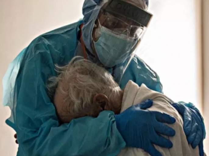 Doctor hugging an elderly covid-19 patient in the icu pic goes viral | हृदयद्रावक! आयसीयुमधील कोरोनाग्रस्त आजोबांना डॉक्टरांनी दिली हळवी गळाभेट, फोटो व्हायरल