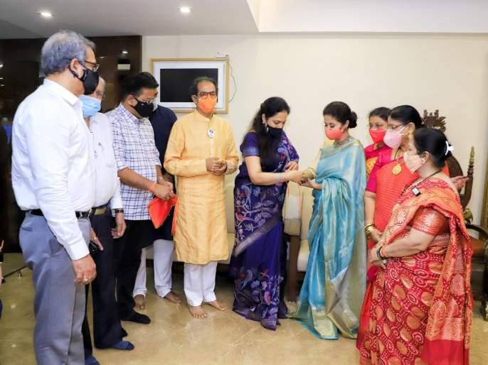 Urmila Matondkar joined Shiv Sena in the presence of Uddhav Thackeray   अखेर उर्मिला मातोंडकर यांनी हाती बांधले शिवबंधन, उद्धव ठाकरेंच्या उपस्थितीत शिवसेनेत प्रवेश