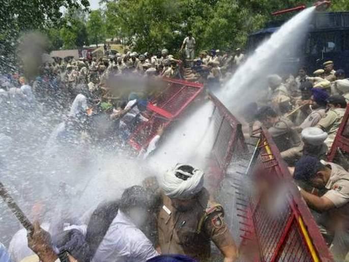 Farmers on their way to Delhi were beaten by the police with batons and tear gas | दिल्लीकडे जाणाऱ्या शेतकऱ्यांवर पोलिसांचा लाठीमार, केला अश्रुधुराच्या गोळ्यांचा मारा