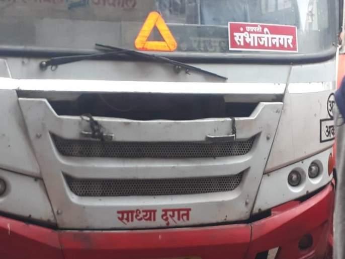 Aurangabad rename : Stickers of 'Chhatrapati Sambhajinagar' on ST bus from Ahmednagar   नामकरणाचा वाद : अहमदनगरहून आलेल्या एसटी बसवर 'छत्रपती संभाजीनगर'चे स्टिकर