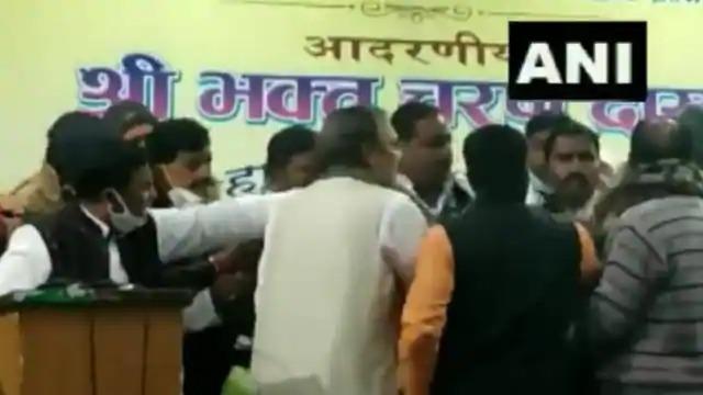 video congress bihar new in charge bhaktcharan das meeting with party leaders | Video - काँग्रेसमधील अंतर्गत वाद आता चव्हाट्यावर; बैठकीत झाला तुफान राडा, नेत्यांवर फेकली खुर्ची