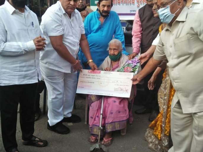Helping hand from Manav Sahay Seva Mandal to Ajibai, a newspaper vendor in Kalyan | कल्याणमधील वृत्तपत्र विक्रेत्या आजीबाईंना मानव सहाय्य सेवा मंडळाकडून मदतीचा हात