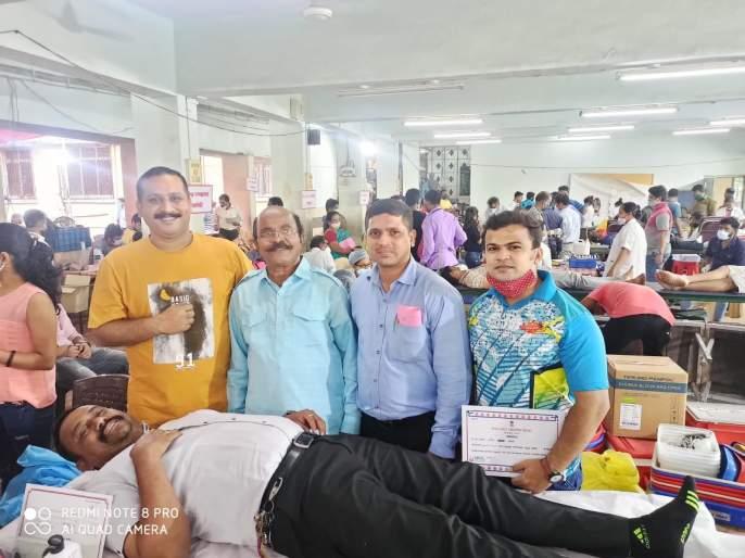 The huge response of the youth to the blood donation camp in Lalbaug | लालबागमध्ये महारक्तदान शिबिरास तरुणांचा भरघोस प्रतिसाद