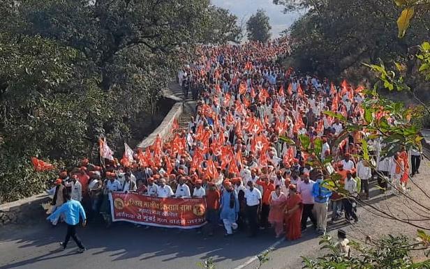 Thousands of laborers travel to Mumbai on foot against agricultural laws, thousands of vehicles to hit Rajbhavana | कृषी कायद्यांविरोधातहजारो कष्टकरी पायी प्रवास करीत मुंबईकडे रवाना, हजारो वाहने धडकणार राजभावनावर