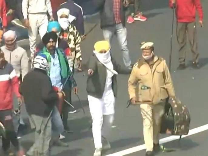 Video: 'That' old man safely took the police out of the crowd of violent farmers | Video : हिंसक शेतकऱ्यांच्या जमावातून 'त्या' वृद्धाने पोलिसाला सुखरूप काढले बाहेर