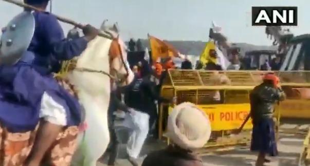 Video : Farmers' struggle erupts! Attempt by farmers to put a tractor on the body of the police | Video : शेतकऱ्यांचा संघर्ष पेटला!शेतकरी आंदोलकाकडून पोलिसांच्या अंगावर ट्रॅक्टर घालण्याचा प्रयत्न