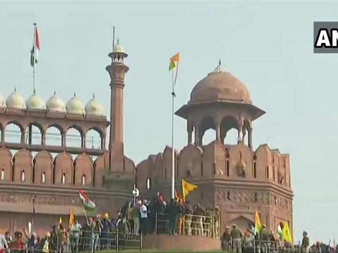 Anti-farm laws protestors wave flags from ramparts of Red Fort in Delhi | लाल किल्ल्यावर आंदोलक शेतकऱ्यांचा कब्जा, फडकवला झेंडा