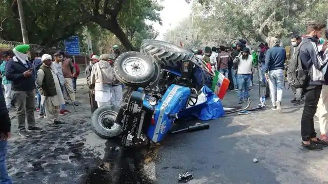 ruckus in ito during tractor parade death of farmer allegations of firing on delhi police | शेतकरी आंदोलन चिघळले! आयकर कार्यालयाजवळ एका आंदोलकाचा मृत्यू, संतापाचे वातावरण
